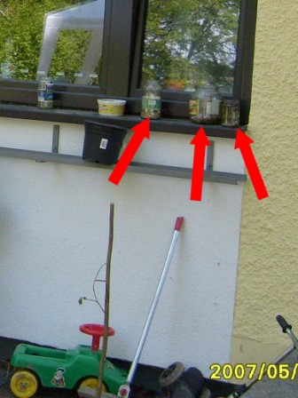Fensterbank neben Hauseingang