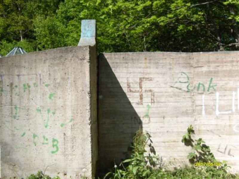 Mauer mit Hakenkreuz