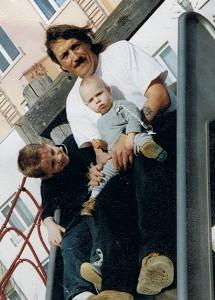 Timo mit Bruder und Papa auf dem Spielplatz